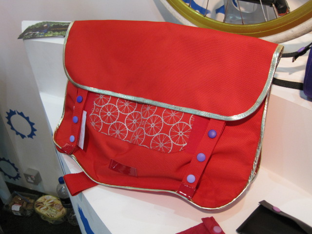 Cycling stuff for women. Messenger bag from Cyclodelic.